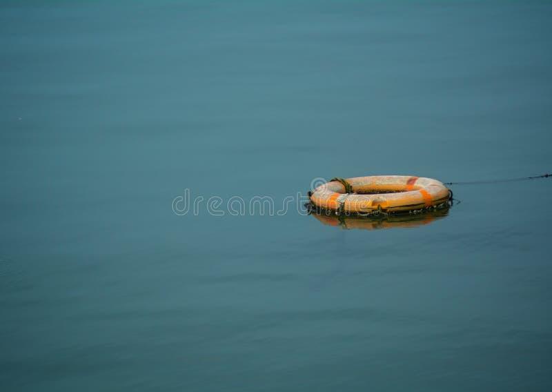 Eine Rettungsleine im Meer lizenzfreies stockfoto