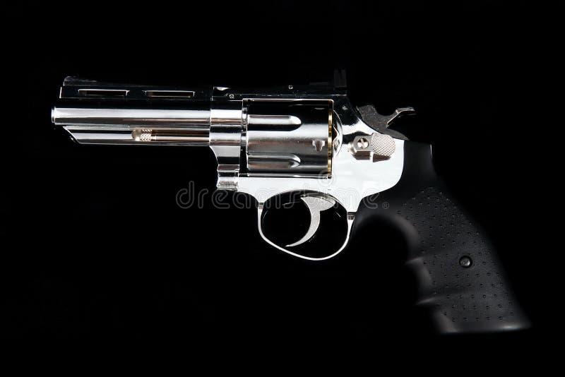 Eine Revolver-Gewehr auf einem schwarzen Hintergrund lizenzfreie stockfotos