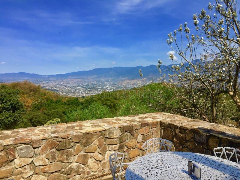 Eine romantische Ansicht von einem Balkon auf Monte Alban - Mexiko stockfoto