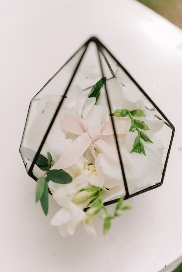Eine Rose in einem Käfig Dekoration an einer Hochzeit lizenzfreie stockfotografie