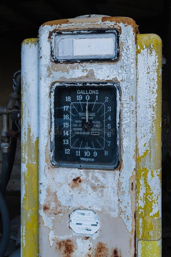 Eine rostige alte gelbe Tanksäule stockfotos