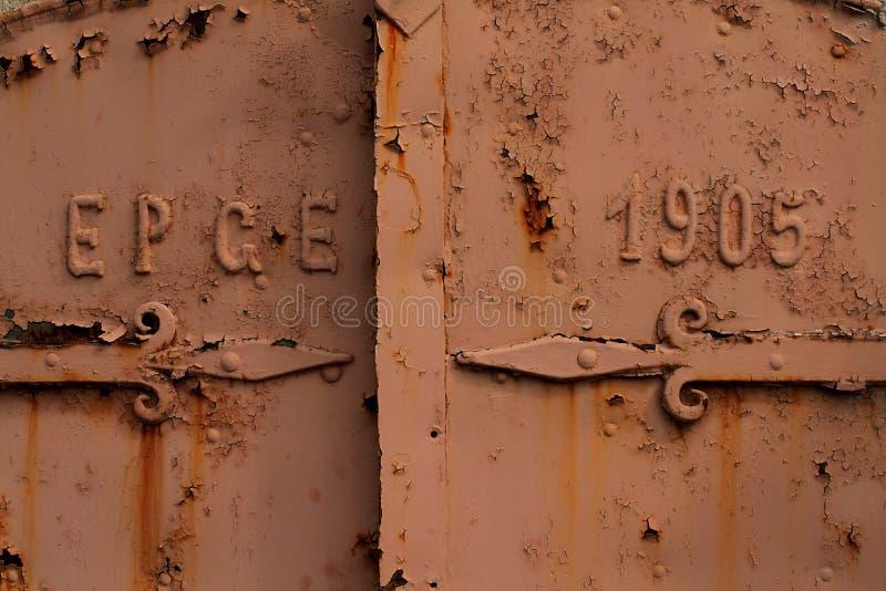 Eine rostige alte Tür stockfotografie