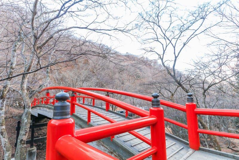 Eine rote Brücke in Ikaho Onsen auf Herbst ist ein locat Stadt der heißen Quelle lizenzfreie stockbilder