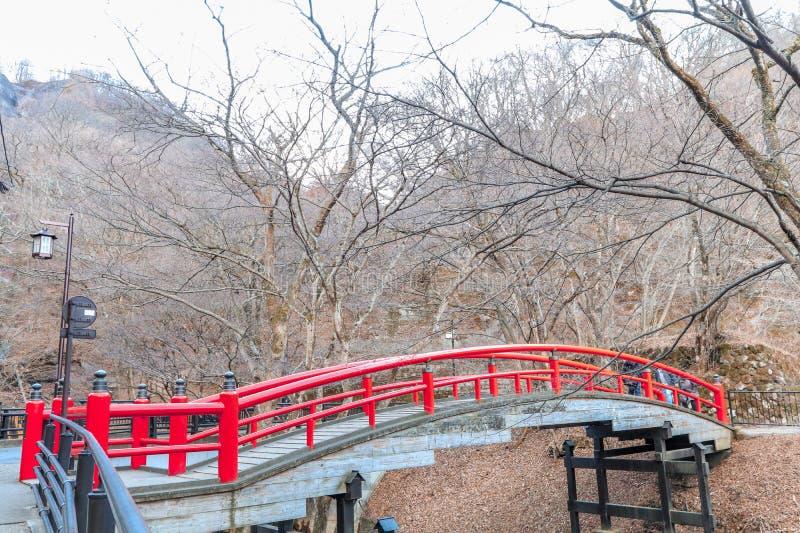 Eine rote Brücke in Ikaho Onsen auf Herbst ist ein locat Stadt der heißen Quelle stockbild