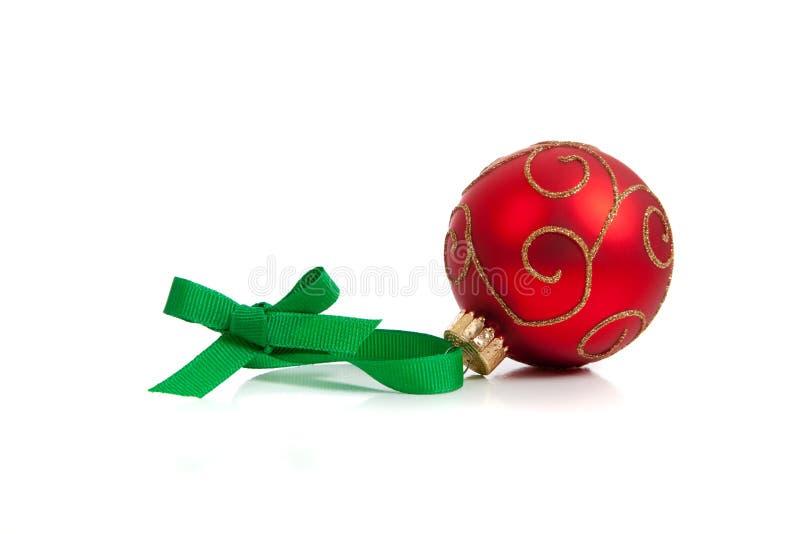 Eine rote glittery Weihnachtskugel auf Weiß lizenzfreie stockfotos