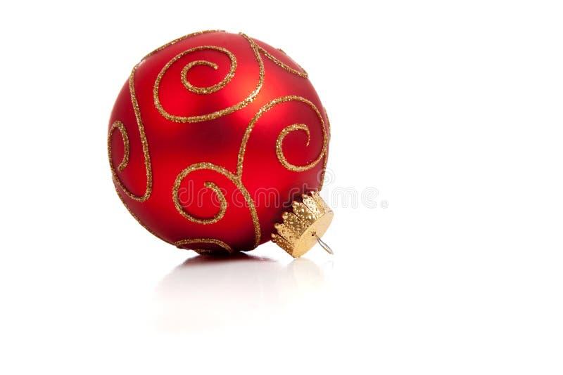 Eine rote, glittery Weihnachtsverzierung auf Weiß stockbilder