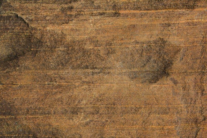 Eine rote graue braune Steinwand Horizontale Linien raue natürliche Beschaffenheitsoberfläche stockfotos