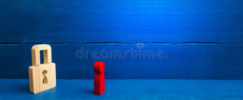 Eine rote Zahl eines Mannes betrachtet ein Vorh?ngeschlo? Informationen, Eingang Konzept der Bewahrung von Geheimnissen, von Info lizenzfreies stockfoto