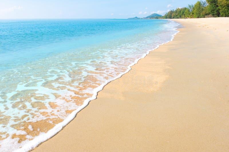 Eine ruhige Strandszene in Thailand, in den exotischen tropischen Strandlandschaften und im blauen Meer unter einem blauen Hinter stockbilder