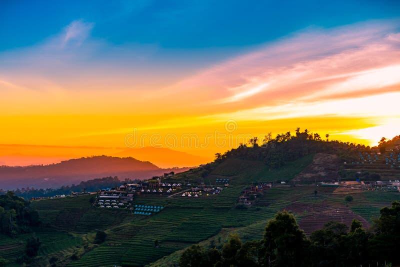 Eine ruhige szenische Landschaft des schönen Sonnenuntergangs mit dem Erholungsort, der an Montag-Stau, Chiang Mai, Thailand kamp lizenzfreie stockfotos