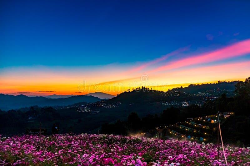Eine ruhige szenische Landschaft des schönen Sonnenuntergangs mit dem Erholungsort, der an Montag-Stau, Chiang Mai, Thailand kamp lizenzfreies stockbild