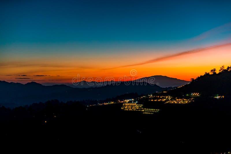 Eine ruhige szenische Landschaft des schönen Sonnenuntergangs mit dem Erholungsort, der an Montag-Stau, Chiang Mai, Thailand kamp lizenzfreies stockfoto