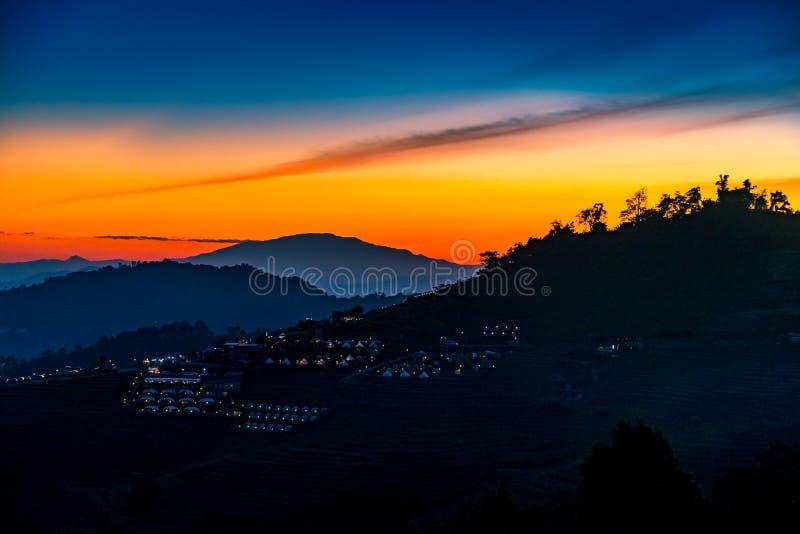 Eine ruhige szenische Landschaft des schönen Sonnenuntergangs mit dem Erholungsort, der an Montag-Stau, Chiang Mai, Thailand kamp stockbild