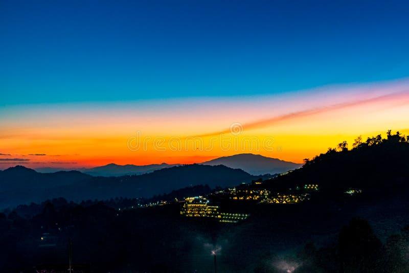 Eine ruhige szenische Landschaft des schönen Sonnenuntergangs mit dem Erholungsort, der an Montag-Stau, Chiang Mai, Thailand kamp stockfoto
