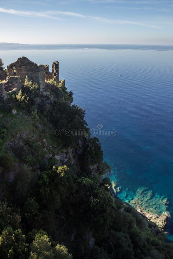 Eine Ruine über dem klaren Mittelmeermeer, in Nonza, Korsika, Frankreich stockfoto