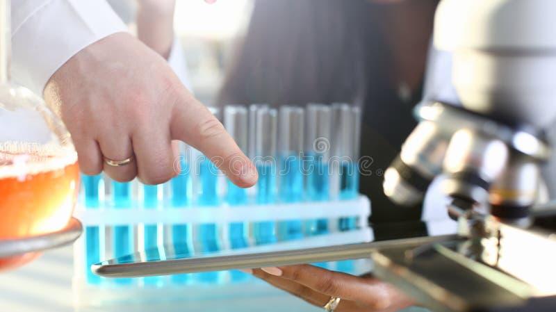 Eine ?rztin in den chemischen Laborgriffen lizenzfreie stockbilder