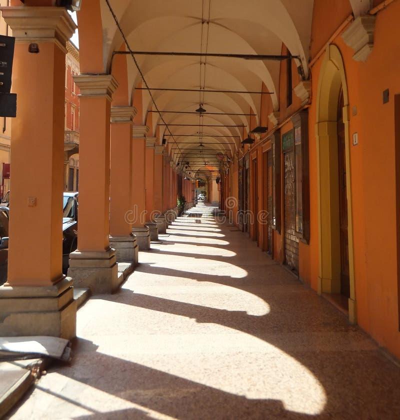 Eine Säulenhalle im Bologna, Italien Spalten, die scharf definierte Schatten auf der Steinpflasterung herstellen stockfoto