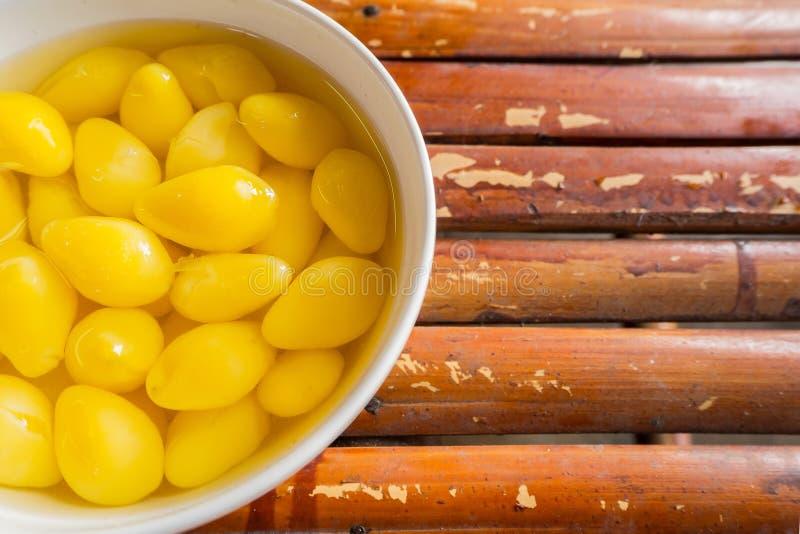 Eine süße Ginkgo-Nuss-Suppe AUF Bambustabelle lizenzfreie stockfotos