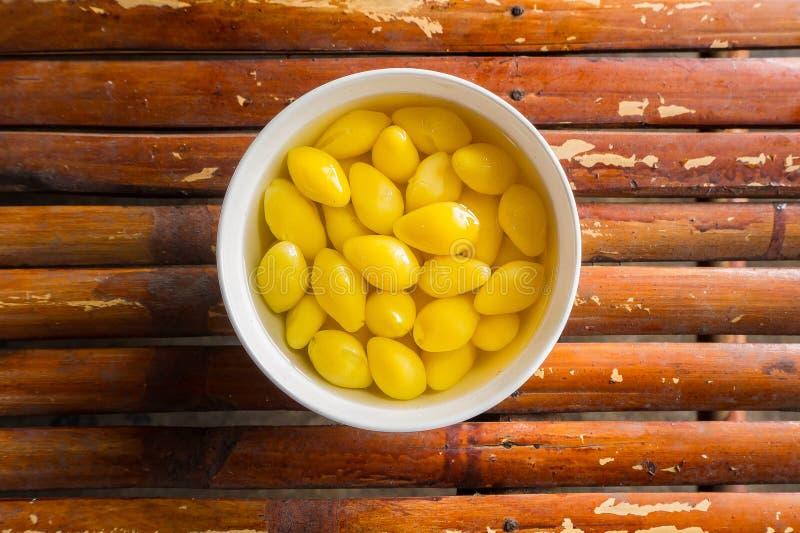 Eine süße Ginkgo-Nuss-Suppe AUF Draufsicht des Bambustabellenbildes lizenzfreie stockbilder