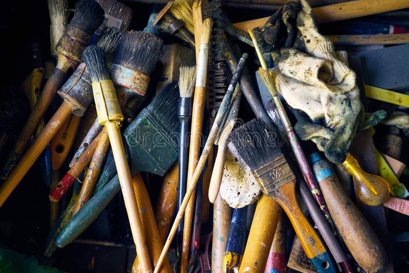 Eine Sammlung alte und benutzte Malerpinsel und Werkzeuge lizenzfreies stockbild