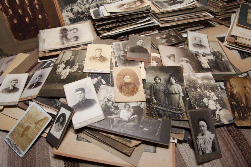 Eine Sammlung Familienfotos vom 1800's zu den vierziger Jahren lizenzfreie stockfotos