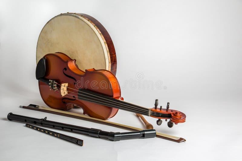 Eine Sammlung traditionelle irische Musikinstrumente stockbild