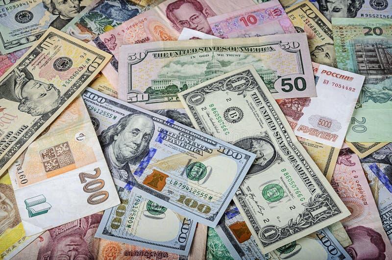 Eine Sammlung verschiedene ausländische Währungen aus den Ländern, welche die Kugel überspannen lizenzfreie stockfotografie