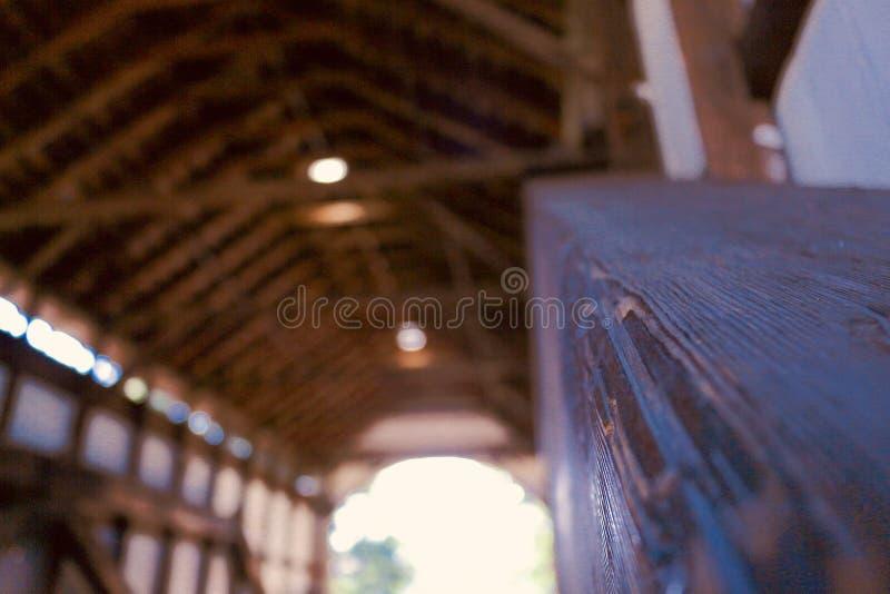 Eine schön konstruierte Holzbrücke lizenzfreies stockfoto