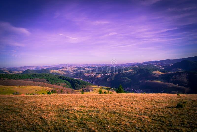 Eine schöne Ansicht der Naturschönheit Eine Ansicht eines Berges Zlatar Schöner blauer und purpurroter Himmel und Wolken im Hinte lizenzfreies stockfoto