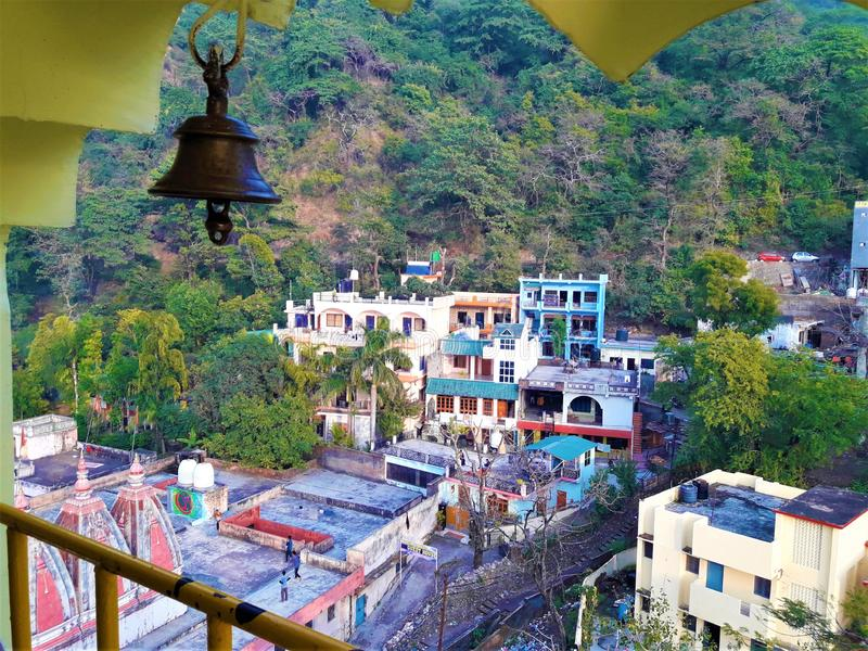 Eine schöne Ansicht des Tempels u. einiger Häuser im Tal lizenzfreie stockfotografie