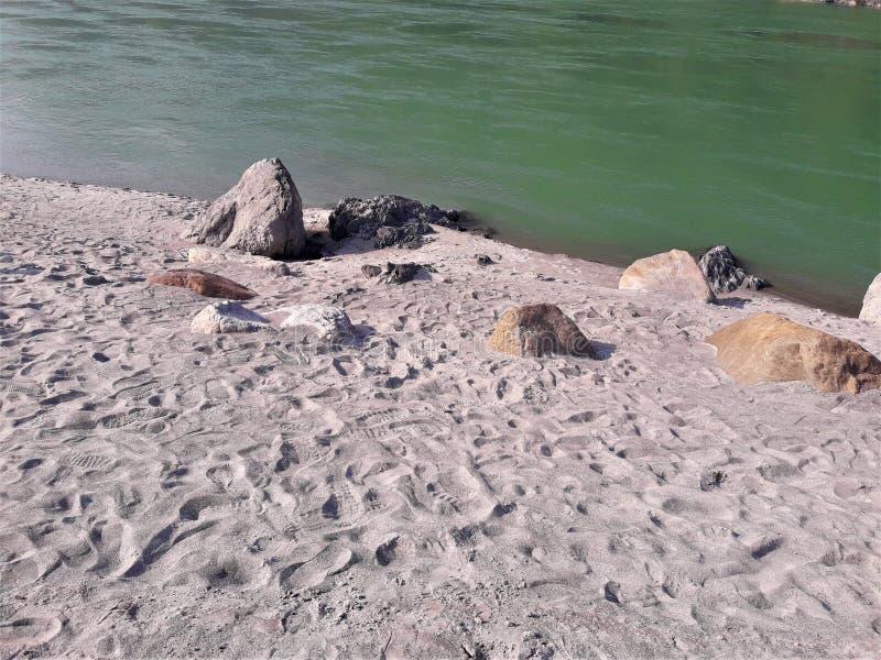 Eine schöne Ansicht einer Strandseite u. -felsen lizenzfreie stockfotos
