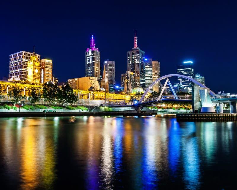 Eine schöne Ansicht von Melbourne im Stadtzentrum gelegen über dem Yarra-Fluss an stockbilder