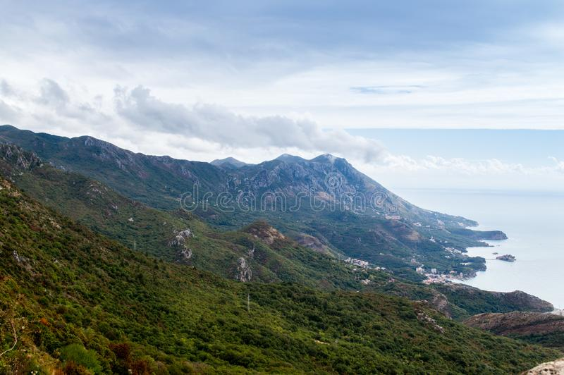 Eine schöne Ansicht zur Küstenlinie von Insel Budva Riviera und Sveti Stefan, Montenegro lizenzfreie stockfotos