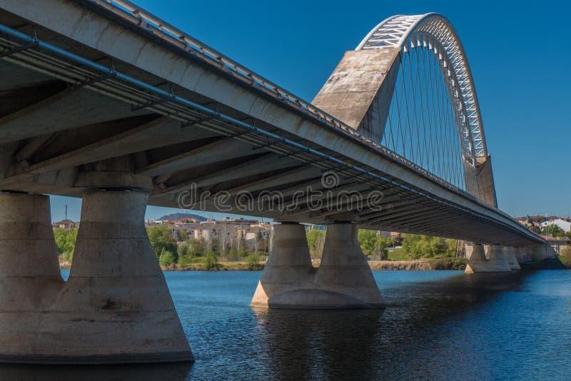 Eine schöne Aussicht auf der Perspektive der Lusitana-Brücke lizenzfreies stockfoto