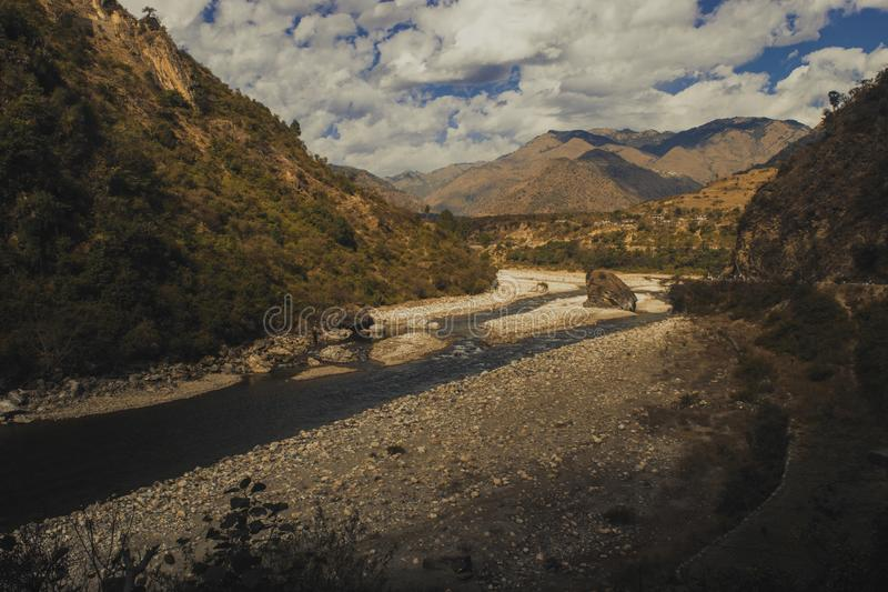 Eine schöne Aussicht des Stromes, der zwischen die Berge fließt stockfotos