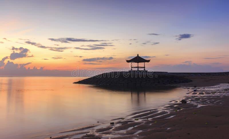 Eine schöne Balinese-Pagode auf dem Strand bei Sanur, Bali, Indones stockfotografie