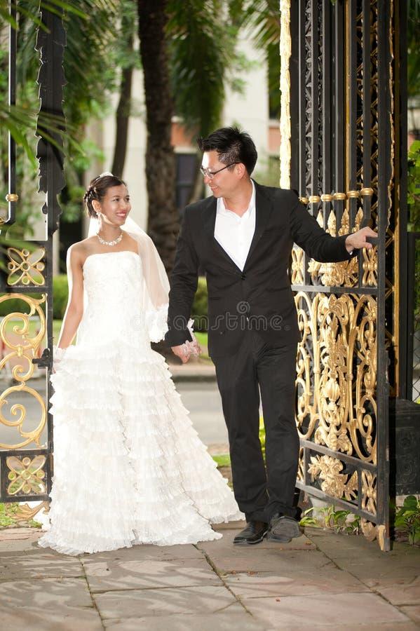 Eine schöne Braut und ein hübscher Bräutigam während der Hochzeit im Park stockfoto