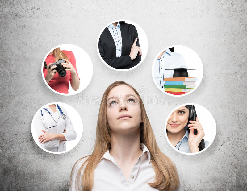 Eine schöne Dame in einem formalen Hemd denkt an verschiedene Berufe Konkreter Hintergrund lizenzfreie stockfotografie