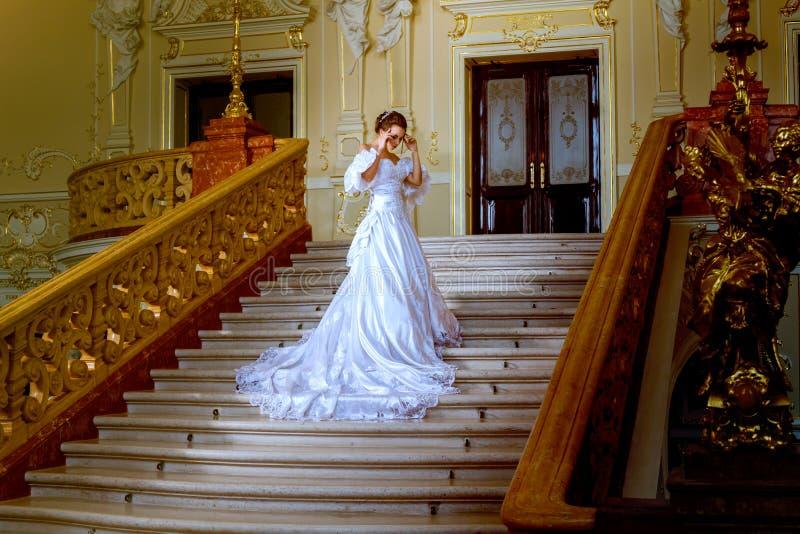 Eine schöne Dame in einem weißen Kleid im Theater stockbild