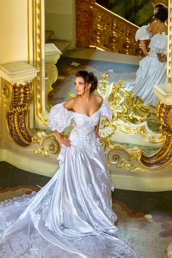 Eine schöne Dame in einem weißen Kleid im Theater lizenzfreies stockbild