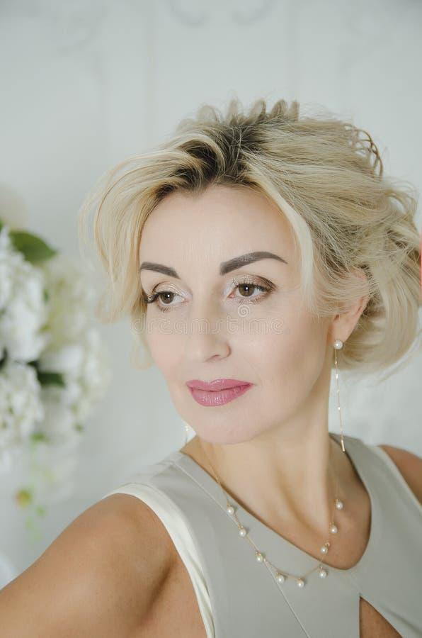 Eine schöne Dame von 40 Jahren, Porträt lizenzfreies stockfoto