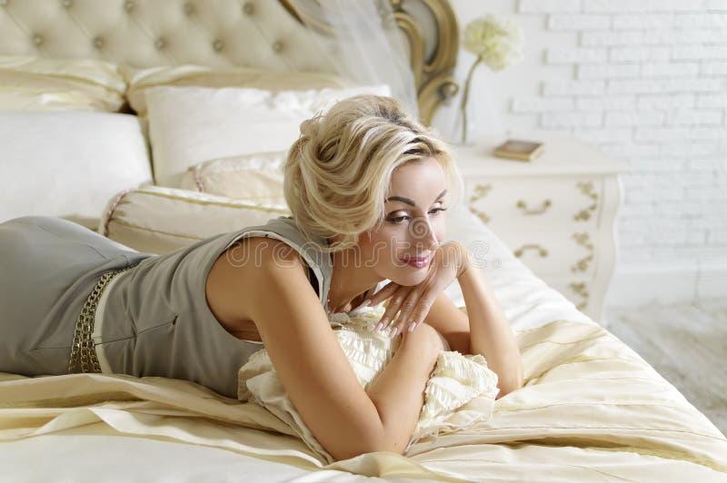 Eine schöne Dame von 40 Jahren Schicker Innenraum in der hellen Farbe stockfotos