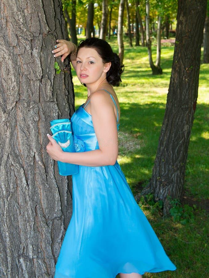 Download Eine Schöne Frau In Einem Blauen Kleid Stockbild - Bild von kamera, leute: 26353343