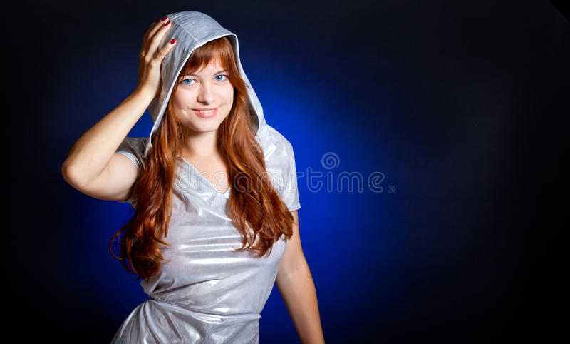 Eine schöne Frau lächelt lizenzfreies stockbild