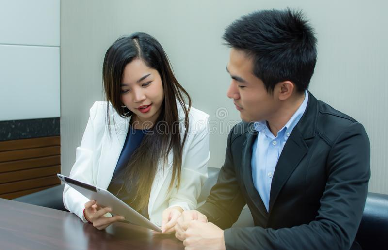 Eine schöne Geschäftsfrau benutzt Tablette für Arbeit stockfotos
