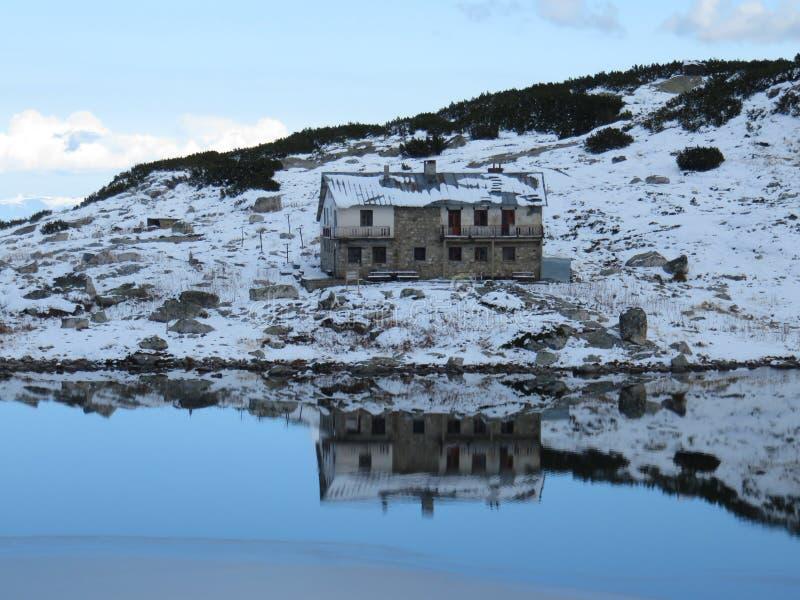Eine schöne Hütte und ein Schutz, die im Lagunen-Wasser sich reflektieren stockfotografie