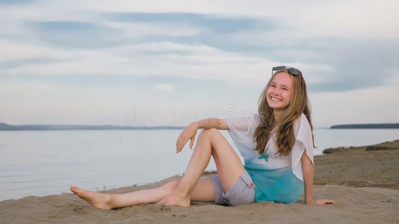 Eine schöne Jugendliche mit dem braunen Haar draußen an einem schönen Sommertag lizenzfreies stockfoto