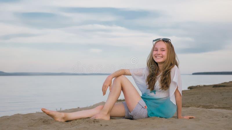 Eine schöne Jugendliche mit dem braunen Haar draußen an einem schönen Sommertag lizenzfreie stockfotos