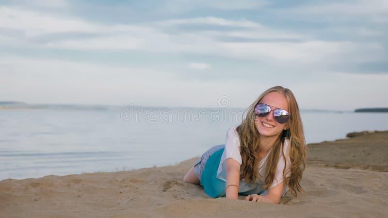 Eine schöne Jugendliche mit dem braunen Haar draußen an einem schönen Sommertag lizenzfreie stockfotografie