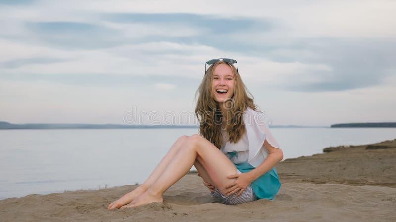 Eine schöne Jugendliche mit dem braunen Haar draußen an einem schönen Sommertag lizenzfreies stockbild